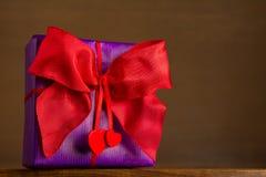 Сердца смычка 2 подарка красные Стоковые Фотографии RF