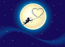 Сердца стрельбы купидона на лунном свете Стоковые Изображения RF