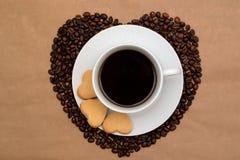 Сердца сформировали кофейные зерна, печенья и чашку кофе Стоковые Изображения RF