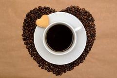 Сердца сформировали кофейные зерна, чашку кофе и печенья Стоковое фото RF