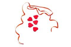Сердца с красной лентой вокруг стоковое изображение rf