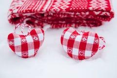 Сердца украшения дерева приближают к красному шарфу Стоковая Фотография