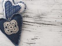 Сердца украшения на деревянной предпосылке Стоковые Изображения