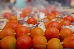 Сердца цыпленка при томат и лук варя на горячем гриле Стоковое Изображение RF