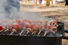 Сердца цыпленка при томат и лук варя на горячем гриле Стоковая Фотография RF