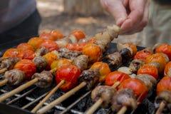 Сердца цыпленка при томат и лук варя на горячем гриле Стоковое Изображение