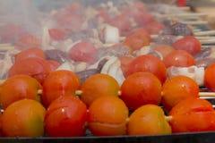 Сердца цыпленка при томат и лук варя на горячем гриле Стоковые Фотографии RF