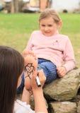 Сердца чертежа девушки на подошве Стоковое Изображение