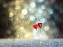 2 сердца штырей на праздничной мерцающей предпосылке Стоковое фото RF