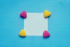 Сердца яркого блеска на таблице бирюзы Стоковые Фотографии RF