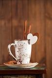 Сердце белизны кофейной чашки и сахара Latte Стоковые Изображения