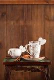 Сердце белизны кофейной чашки и сахара Latte Стоковая Фотография