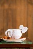 Сердце белизны кофейной чашки и сахара Latte Стоковое фото RF