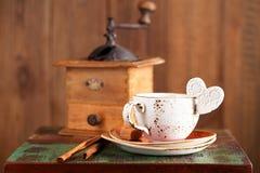 Сердце белизны кофейной чашки и сахара Latte Стоковое Изображение RF