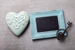 Сердце бирюзы декоративное, винтажный ключ и пустое классн классный дальше Стоковое фото RF