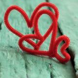 Сердце валентинки красное на зеленой предпосылке Стоковые Изображения