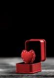 Сердце войлока красного цвета в коробке кольца Стоковые Фото