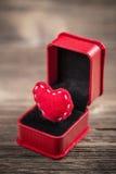 Сердце войлока красного цвета в коробке кольца Стоковое Фото