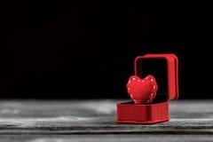 Сердце войлока красного цвета в коробке кольца Стоковые Фотографии RF