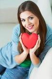 Сердце владением женщины вектор Валентайн иллюстрации дня пар любящий Стоковая Фотография