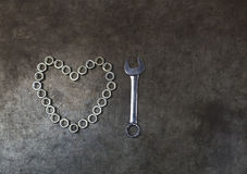 Сердце гайки с ключем комбинации на предпосылке металла T Стоковые Изображения RF