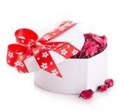 Сердце ленты подарочной коробки красное с лепестками цветка Стоковая Фотография