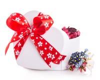 Сердце ленты подарочной коробки красное с лепестками цветка Стоковое Изображение