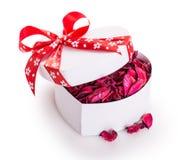 Сердце ленты подарочной коробки красное с лепестками цветка Стоковые Фотографии RF