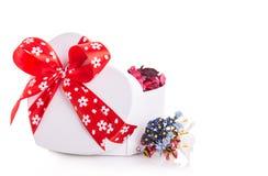 Сердце ленты подарочной коробки красное с лепестками цветка Стоковое Фото