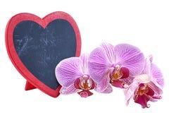 Сердце, деревянная металлическая пластинка в сердце формы и орхидеи, день ` s валентинки Стоковые Фотографии RF