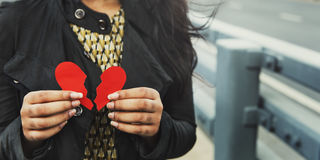 Сердце женщины ломая бывшую концепцию отношения стоковое изображение