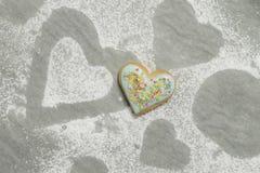 Сердце испеченной валентинки покрытое с голубыми замороженностью и confetti Стоковое Фото