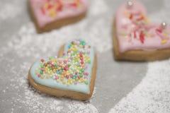Сердце испеченной валентинки покрытое с голубыми замороженностью и confetti Стоковая Фотография