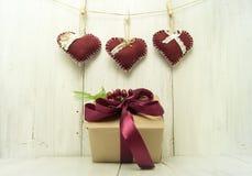 Сердце и подарок на деревянной предпосылке Стоковые Изображения