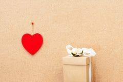 Сердце и подарочная коробка дня валентинки на деревянной предпосылке Стоковая Фотография