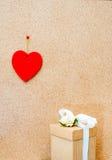 Сердце и подарочная коробка дня валентинки на деревянной предпосылке Стоковое Фото