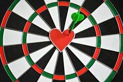 Сердце и стрелка на доске дротика Стоковое Фото