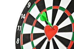 Сердце и стрелка на доске дротика Стоковая Фотография
