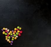 Сердце конфеты на черном взгляд сверху предпосылки Стоковое Изображение RF