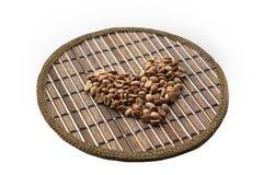Сердце кофейных зерен на круглой рогожке Стоковое Изображение RF