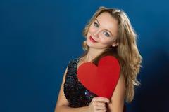 Сердце красного цвета предпосылки женщины дня валентинки St голубое Стоковые Фото