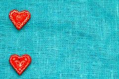 Сердце 2 красных цветов на день ` s валентинки St предпосылки бирюзы Стоковая Фотография RF