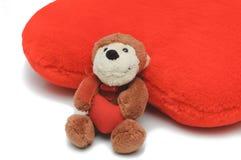 сердце медведя держа меньший красный игрушечный Стоковые Фотографии RF