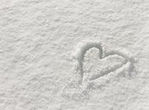 Сердце нарисованное в снеге, предпосылка на день валентинок стоковая фотография rf