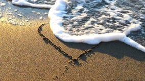 Сердце нарисованное на песке пляжа акции видеоматериалы