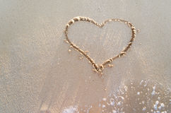 Сердце нарисованное на песке пляжа Стоковая Фотография
