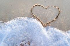 Сердце нарисованное на песке пляжа Стоковые Изображения