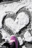 Сердце нарисованное на снеге Стоковые Изображения