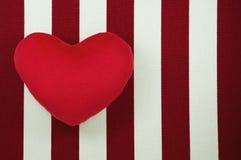 Сердце на белом и красном striped холсте Стоковые Фотографии RF