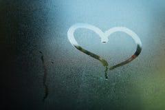 Сердце на стекле Покрашенное сердце на туманном стекле Стоковое Фото